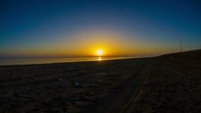 Ο ήλιος πηγαίνει κάτω στη θάλασσα απόθεμα βίντεο