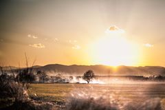 Ο ήλιος πηγαίνει κάτω στο βουνό Στοκ Φωτογραφία