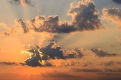 Ο ήλιος που βγαίνει από τα σύννεφα στην αυγή Στοκ φωτογραφία με δικαίωμα ελεύθερης χρήσης