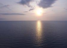 Ο ήλιος που θέτει πέρα από την ήρεμη θάλασσα στην Ταϊλάνδη Στοκ Εικόνες