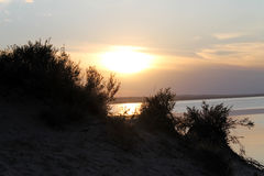 Ο ήλιος ρύθμισης απεικόνισε στη λίμνη Στοκ Εικόνες