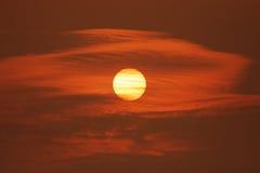 Ο ήλιος στον κόκκινο ουρανό Στοκ Εικόνα