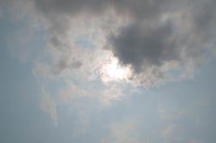 Ο ήλιος στο σύννεφο με το σκοτεινό ουρανό Στοκ εικόνα με δικαίωμα ελεύθερης χρήσης