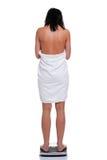 ο ίδιος ζυγίζοντας γυναίκα πετσετών Στοκ εικόνες με δικαίωμα ελεύθερης χρήσης