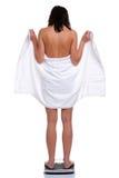 ο ίδιος ζυγίζοντας γυναίκα πετσετών Στοκ Εικόνες