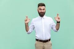 Ο ίδιος ο επιχειρηματίας πονηριών, που διασχίζει τα δάχτυλα για την καλή τύχη, επιθυμίες ελπίδας θα πραγματοποιηθεί, ανατρέχοντας Στοκ φωτογραφία με δικαίωμα ελεύθερης χρήσης