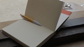 Ο αέρας γυρίζει τις σελίδες ενός κενού σημειωματάριου που βρίσκονται στη στρωματοειδή φλέβα παραθύρων απόθεμα βίντεο