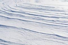 Ο αέρας δημιούργησε από το χιόνι μια δομή κυμάτων παρόμοια με τα κύματα θάλασσας, άσπρο κρύο υπό μορφή κυμάτων Στοκ Εικόνες