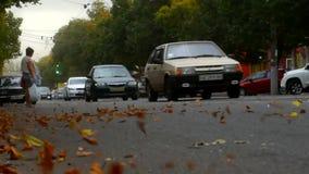 Ο αέρας είναι στο δρόμο, τα αυτοκίνητα οδηγούν σε τον απόθεμα βίντεο