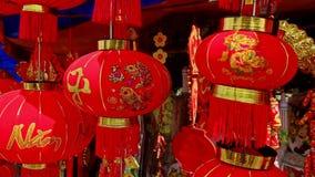 Ο αέρας κινηματογραφήσεων σε πρώτο πλάνο τινάζει τα μεγάλα κινεζικά φανάρια στην αγορά οδών στην πόλη φιλμ μικρού μήκους