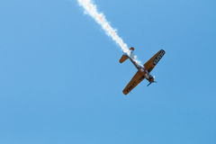 Ο αέρας παρουσιάζει αεροπλάνο που απομονώνεται με τα ίχνη στον ουρανό Στοκ φωτογραφίες με δικαίωμα ελεύθερης χρήσης