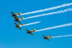 Ο αέρας παρουσιάζει σχηματισμό αεροπλάνων - ίχνη στον ουρανό Στοκ εικόνα με δικαίωμα ελεύθερης χρήσης