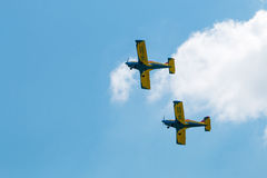 Ο αέρας παρουσιάζει σχηματισμό αεροπλάνων με τα χνουδωτά σύννεφα στο υπόβαθρο Στοκ φωτογραφίες με δικαίωμα ελεύθερης χρήσης