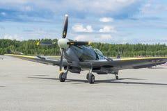 Ο αέρας παρουσιάζει spitfire στο MK XVI πέταγμα αεροπλάνων Στοκ Φωτογραφίες
