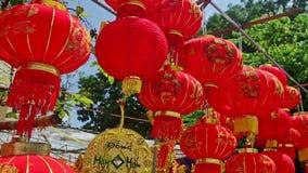 Ο αέρας τινάζει τα μεγάλα κινεζικά φανάρια στην αγορά οδών στην πόλη απόθεμα βίντεο