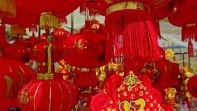 Ο αέρας τινάζει τα μεγάλα χρωματισμένα κινεζικά φανάρια στην αγορά οδών απόθεμα βίντεο