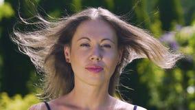 Ο αέρας φυσά - επάνω τρίχα της γυναίκας, θερινός υπαίθριος χρόνος ευτυχίας, θηλυκή ομορφιά αργή απόθεμα βίντεο