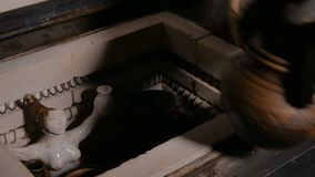 Ο αγγειοπλάστης παίρνει έξω τα κεραμικά εμπορεύματα από τον κλίβανο αγγειοπλαστικής φιλμ μικρού μήκους
