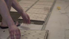 Ο αγγειοπλάστης βάζει τα κεραμίδια απόθεμα βίντεο
