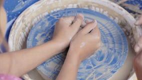 Ο αγγειοπλάστης διδάσκει την τέχνη του στα παιδιά απόθεμα βίντεο