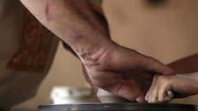Ο αγγειοπλάστης παρουσιάζει κάνοντας διαδικασία δοχείων στο μικρό κορίτσι απόθεμα βίντεο