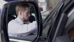 Ο αγοραστής είναι αυτόματος εσωτερικός αρκετά επιθεώρησης και απεικονίζεται σε οπισθοσκόπο του αυτοκινήτου κίνηση αργή απόθεμα βίντεο