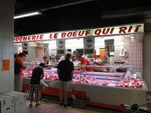Ο αγοραστής επιθεωρεί το κατάστημα χασάπηδων στοκ φωτογραφίες με δικαίωμα ελεύθερης χρήσης