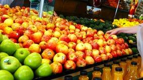 Ο αγοραστής επιλέγει και τοποθετεί τα μήλα σε σάκκο φιλμ μικρού μήκους