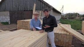 Ο αγοραστής και ο πωλητής στο πριονιστήριο, λαμβάνουν τους ξύλινους πίνακες για να εξετάσουν την ΤΠ απόθεμα βίντεο
