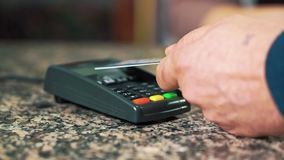 Ο αγοραστής πληρώνει από την πιστωτική κάρτα, κινηματογράφηση σε πρώτο πλάνο απόθεμα βίντεο
