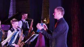 Ο αγωγός κατευθύνει τη ζώνη τζαζ παιδιών ` s που εξυπηρετεί στο φεστιβάλ μουσικής απόθεμα βίντεο