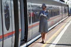Ο αγωγός τραίνων που περιμένει τους επιβάτες του ηλεκτρικού τραίνου Sapsan υψηλής ταχύτητας Μόσχα Ρωσία Στοκ Εικόνα