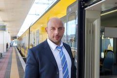 Ο αγωγός τραίνων στην πλατφόρμα δίπλα στο τραίνο Στοκ Φωτογραφία
