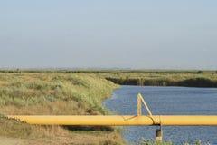 Ο αγωγός υγραερίου μέσω του μικρού ποταμού Στοκ Εικόνες