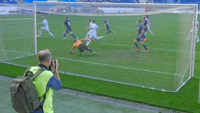 Ο αγώνας ποδοσφαίρου, παίκτης παίρνει ένα ελεύθερο λάκτισμα απόθεμα βίντεο