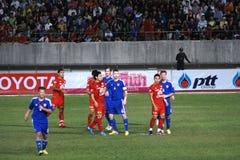 Ο αγώνας ποδοσφαίρου μεταξύ της Ταϊλάνδης και της Φινλανδίας στο 42$ο φλυτζάνι του βασιλιά Στοκ εικόνες με δικαίωμα ελεύθερης χρήσης