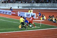 Ο αγώνας ποδοσφαίρου μεταξύ της Ταϊλάνδης και της Φινλανδίας στο 42$ο φλυτζάνι του βασιλιά Στοκ Φωτογραφίες