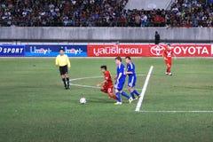 Ο αγώνας ποδοσφαίρου μεταξύ της Ταϊλάνδης και της Φινλανδίας στο 42$ο φλυτζάνι του βασιλιά Στοκ φωτογραφίες με δικαίωμα ελεύθερης χρήσης