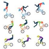 Ο αθλητής εκτελεί τις ακροβατικές επιδείξεις ποδηλάτων 9 υψηλά - σκιαγραφίες ποιοτικών bmx ποδηλατών απεικόνιση αποθεμάτων