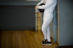 Ο αθλητής κοριτσιών περιμένει τον επόμενο ανταγωνισμό στο πάτωμα γυμναστικής Στοκ φωτογραφίες με δικαίωμα ελεύθερης χρήσης