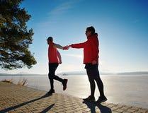 Ο αθλητισμός συνδέει το τρελλό άλμα στην πορεία πάρκων γύρω από την παγωμένη λίμνη στοκ φωτογραφία