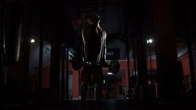 Ο αθλητής ανυψώνει ένα βάρος απόθεμα βίντεο