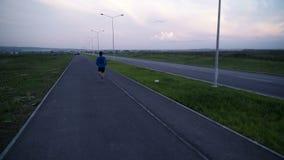 Ο αθλητής ατόμων που τρέχει στο πεζοδρόμιο απόθεμα βίντεο
