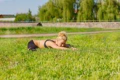 Ο αθλητής εκτελεί τις ασκήσεις Στοκ φωτογραφίες με δικαίωμα ελεύθερης χρήσης