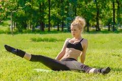 Ο αθλητής εκτελεί τις ασκήσεις Στοκ Φωτογραφία