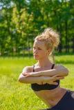 Ο αθλητής εκτελεί τις ασκήσεις Στοκ εικόνες με δικαίωμα ελεύθερης χρήσης