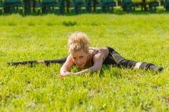Ο αθλητής εκτελεί τις ασκήσεις Στοκ Φωτογραφίες