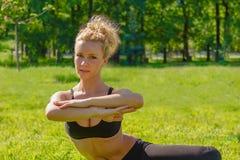 Ο αθλητής εκτελεί τις ασκήσεις Στοκ φωτογραφία με δικαίωμα ελεύθερης χρήσης