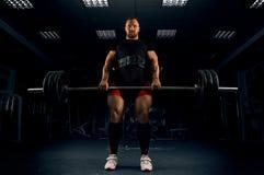 Ο αθλητής κάνει ένα deadlift Καθόρισε το φραγμό στην κορυφή Στοκ Φωτογραφία
