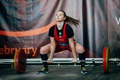Ο αθλητής νέων κοριτσιών εκτελεί deadlift barbell στοκ εικόνες